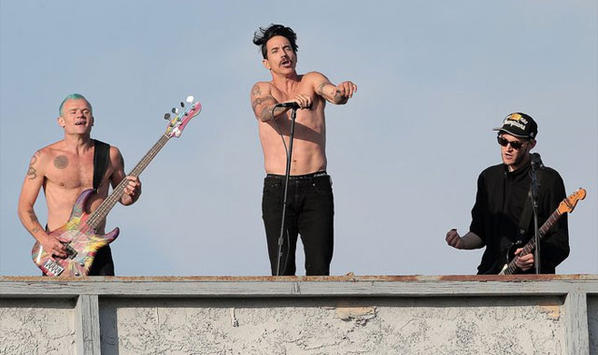 Red hot chili peppers spontan gig am hausdach u2022 news.at