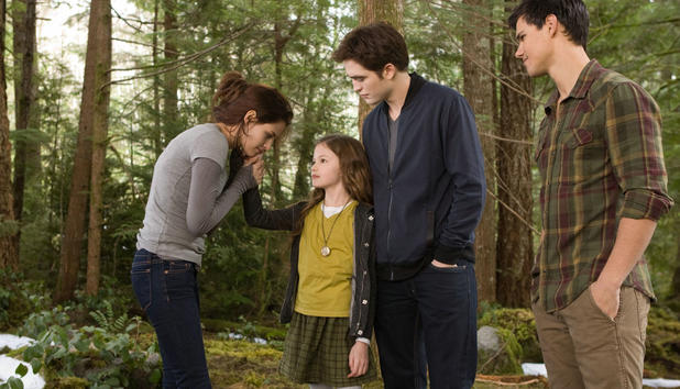 "Bella (Kristen Stewart), Renesmee (Mackenzie Foy), Edward (Robert Pattinson) und Jacob (Taylor Lautner) in ""Twilight - Breaking Dawn Teil 2"""