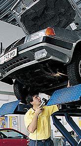 Beim Kaltstart des Motors riecht nach dem Benzin