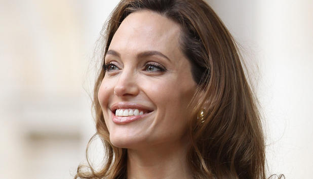Angelina Jolie strahlt. - angelina-jolie