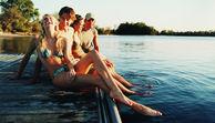 Junge Leute beim Sonnen am See