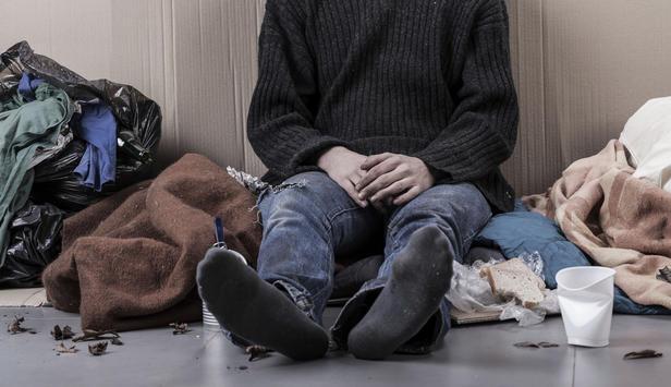 Mittelloser Mann ohne Schuhe auf der Straße