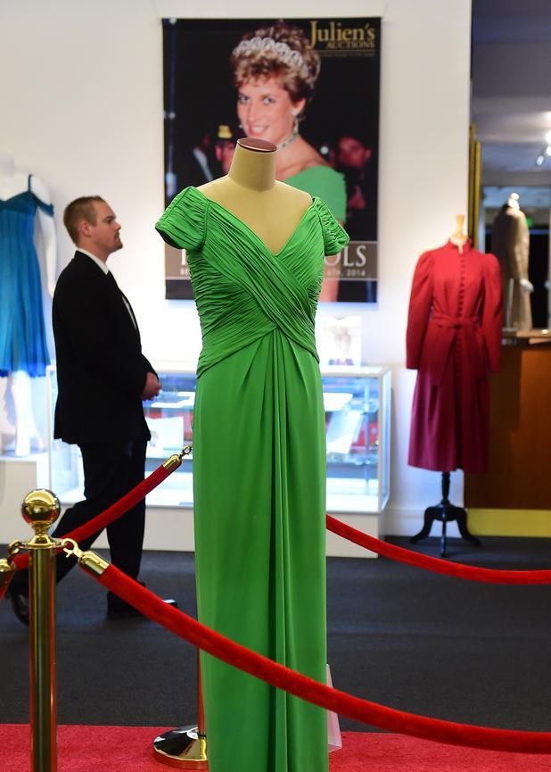 Fünf Kleider von Prinzessin Diana versteigert • NEWS.AT