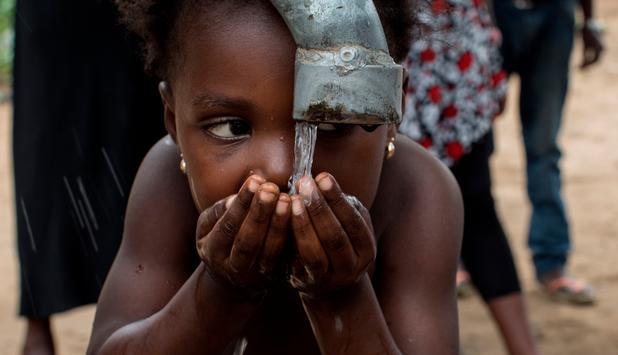 Afrikanisches Kind trinkt Wasser