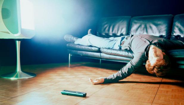Wie schädlich ist es wirklich, vor dem Fernseher einzuschlafen?