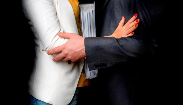 mann berhrt frau am arbeitsplatz unsittlich - Sexuelle Notigung Beispiele