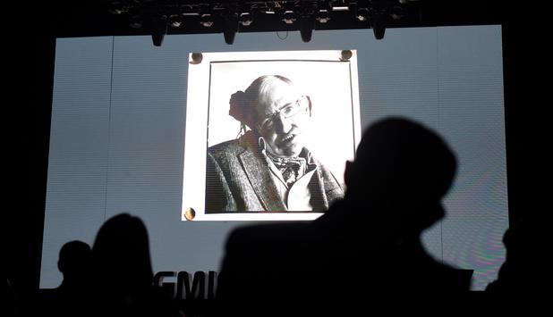 Stephen Hawking: Eddie Redmayne erweist Stephen Hawking die letzte Ehre